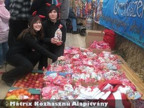 A szegedi Dóm Téri Advent Mikulás Ünnepségén nyolcszáz család csemetéje számára osztottunk ajándékcsomagot