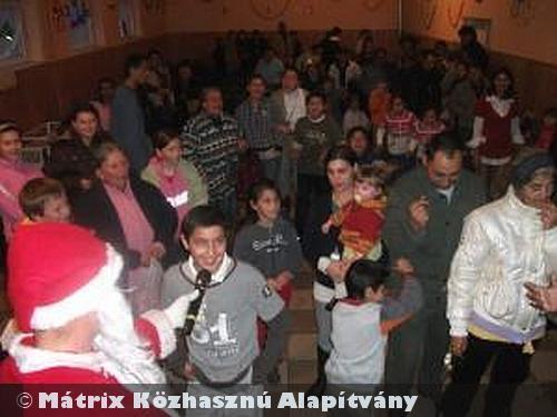 A hátrányos helyzetû Fulókércs gyermekeit is megajándékozta a MÁTRIX Mikulás