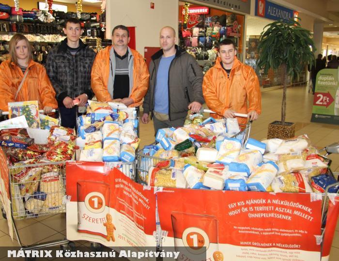 Élelmiszer osztáshoz gyûjtöttünk fél tonna tartós élelmiszert