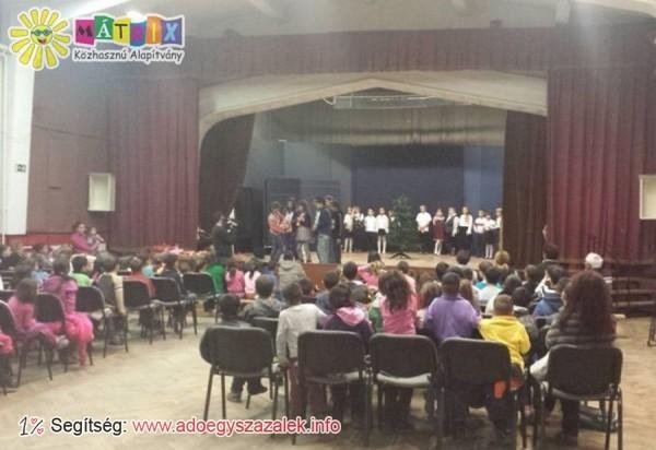 220 ózdi gyermek kapott ajándékot a Mátrix Mikulásától