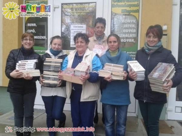Az egész országból érkeztek könyvek és játékok, melyekből a Karácsonyi Ajándékbazáron válogathattak az oda látogatók