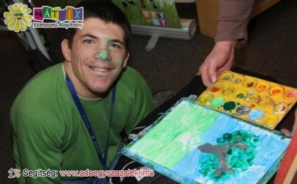 Szabolcs izomsorvadása miatt orral festi műveit
