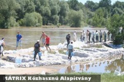A MÁTRIX Alapítvány önkéntesei az Adó1% bevételbõl tudtak elutazni az árvíz súlytotta térségbe, és részt venni a mentési munkálatokban
