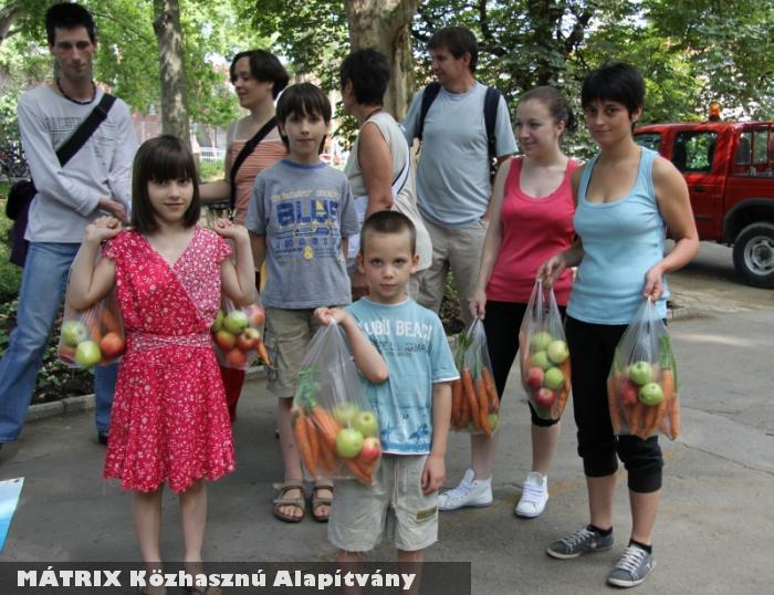 Gyümölcsöt osztottunk a gyerekeknek