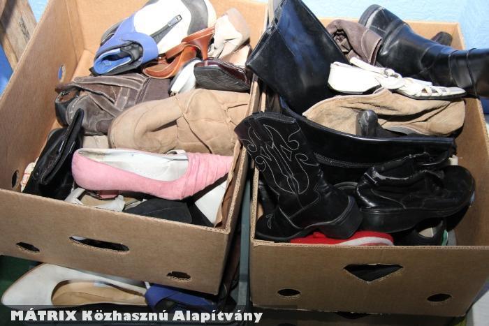 A használt cipõk még hasznosak: cipõt is oszt a Mátrix