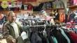 Sokan válogatnak maguknak ruhát a Centerke Adományozói Központban